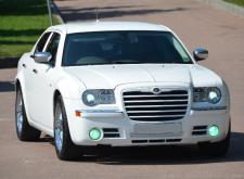 Заказать автомобиль Крайслер С300 белый в Санкт-Петербурге внешний вид3