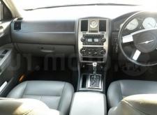 Прекрасный автомобиль Chrysler C300 белый в СПб салон1