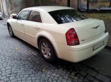 Прекрасный автомобиль Chrysler C300 слоновая кость в СПб внешний вид4