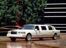 Прекрасный лимузин Lincoln таункар в СПб внешний вид4