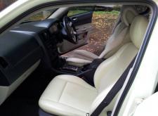Арендовать машину Chrysler C300 слоновая кость для гостей в Санкт-Петербурге салон2