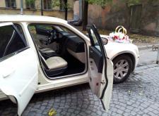 Заказ автомобиля Крайслер С300 слоновая кость для трансфера в Питере салон4